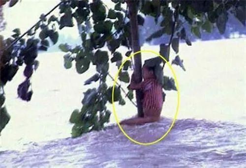 """23年前洪水中的""""抱树女孩"""" 如今选择了这个职业图片"""