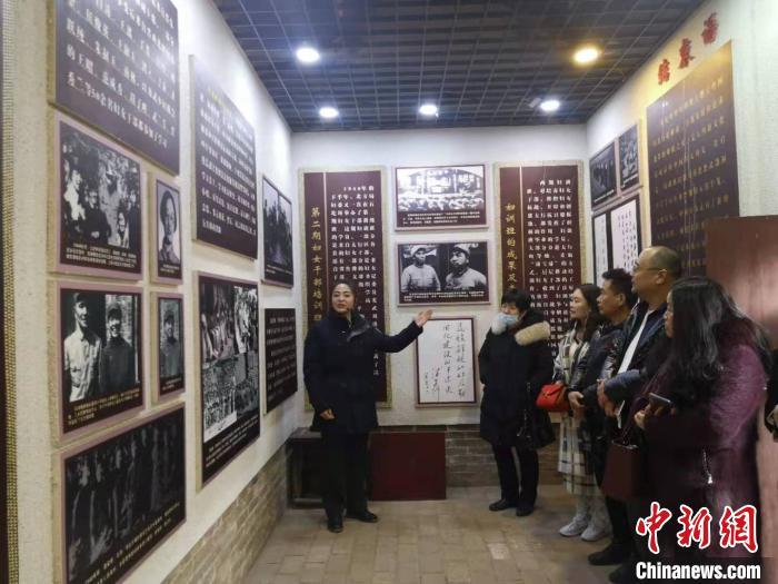 游客参观妇训班纪念馆。 范丽芳 摄