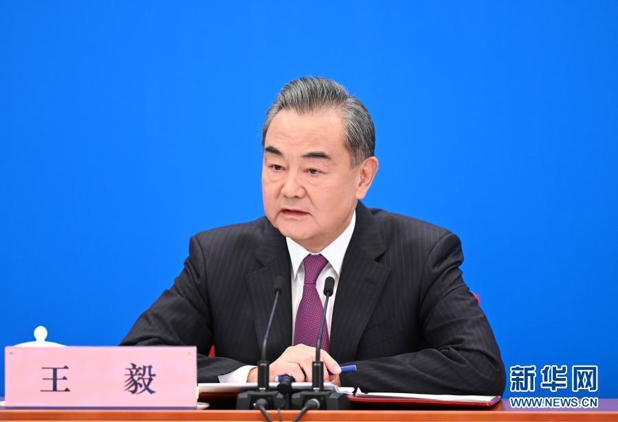"""王毅:希望更多外国记者成为""""新时代的斯诺"""""""