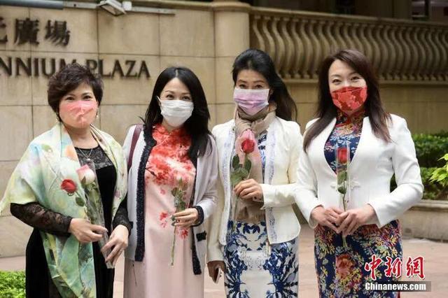 妇女节香港女士穿旗袍签名支持完善特区选举制度