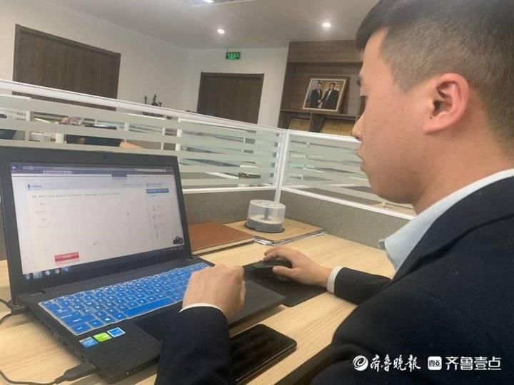 图/张耀威在记录求助案情