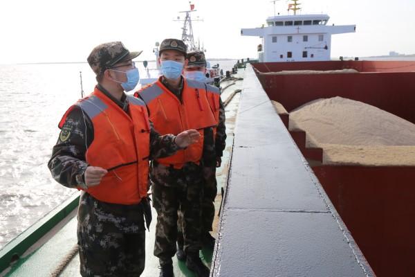 上海海警局连续破获14起涉嫌非法运砂案件 抓获犯罪嫌疑人64名