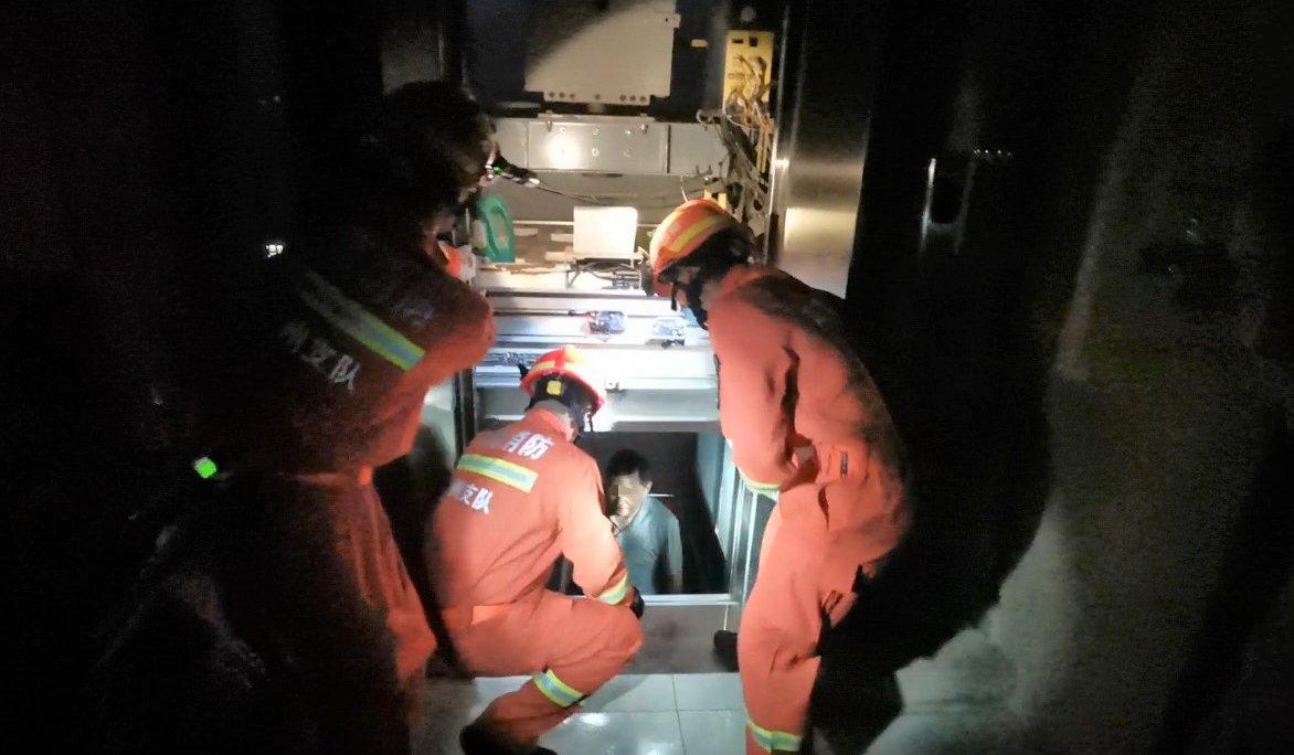 电梯突然断电,1人被困!一场紧急救援上演