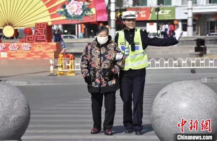 """今年2月,张晋兰被全国妇联授予""""全国三八红旗手""""称号。忻州市公安局供图"""