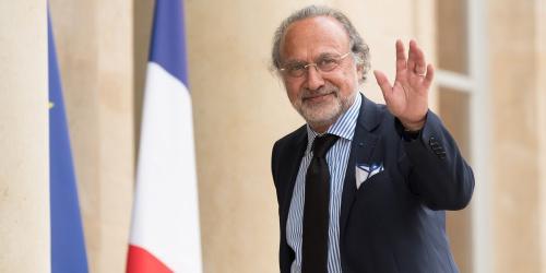 法国亿万富翁因私人飞机失事身亡,马克龙发文哀悼