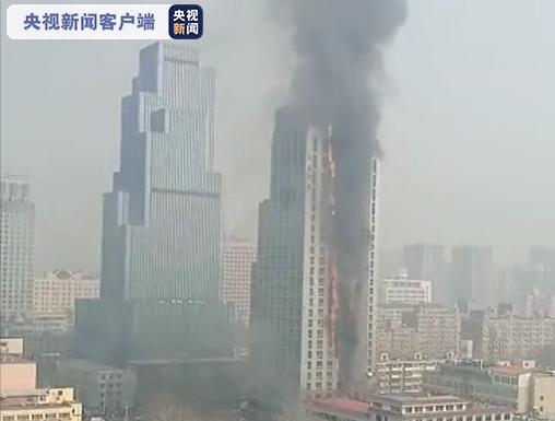 石家庄一加油站附近高层建筑失火:保温层燃烧,火场无人被困图片