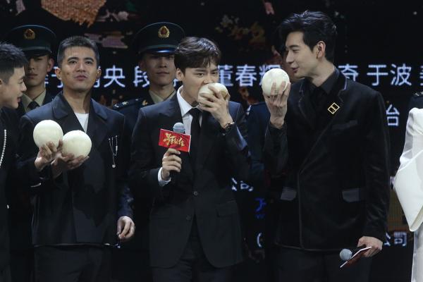 李易峰现场重温军营大馒头 感谢角色笑称:傻子才不拍呢!