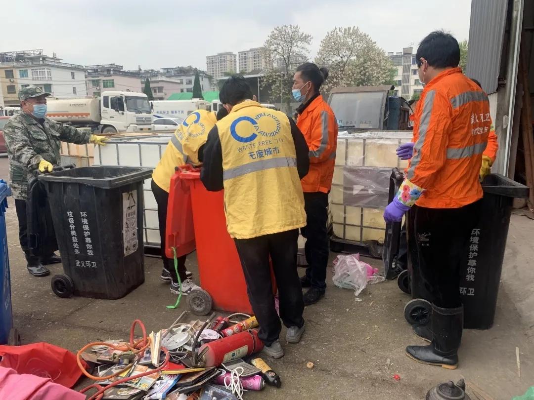 武义县组织对暂存点有害垃圾进行二次分拣