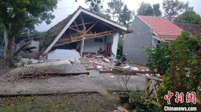 印尼强震已致6人死亡 部分建筑被毁房屋屋顶震塌