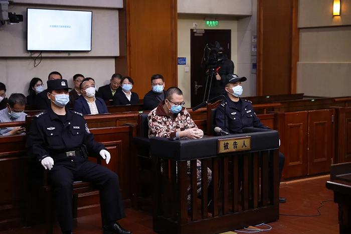 上海首例高空抛物入刑案宣判:男子将装有陶瓷碎片塑料袋从窗口扔出砸伤行人获刑八个月