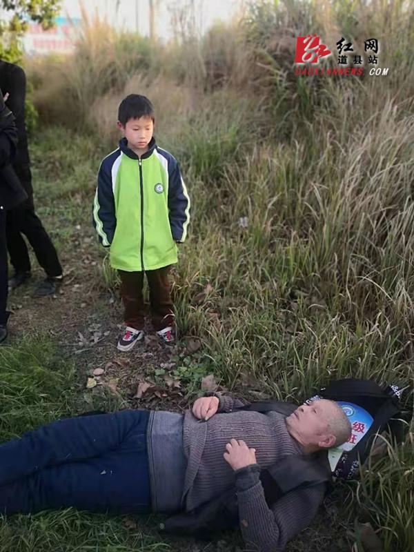 道县:九旬老人突然倒地 众人齐心救助