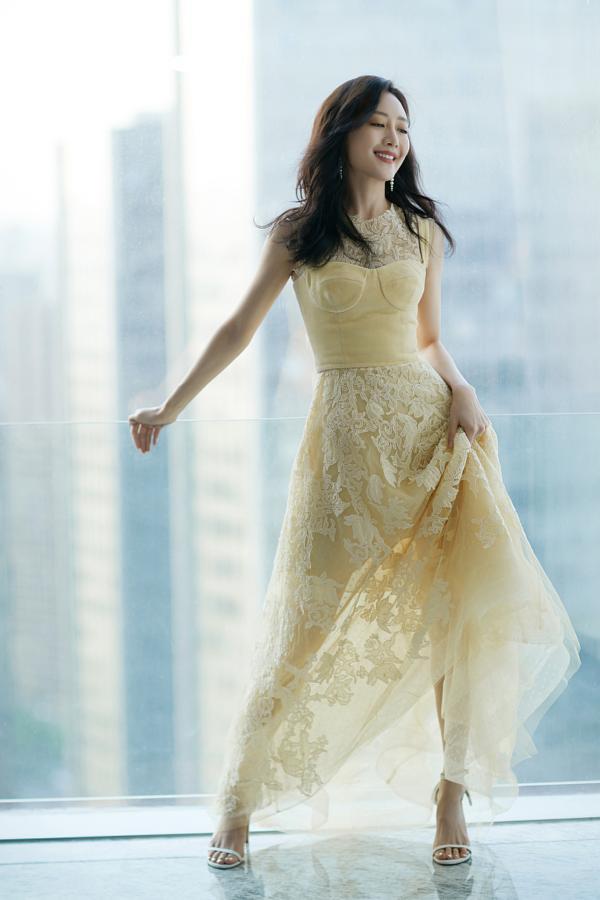 王鸥落地窗日光大片慵懒魅惑 着奶黄刺绣无袖裙尽显曼妙身姿