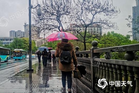 江南局地暴雨来袭 北方雨雪降温齐至