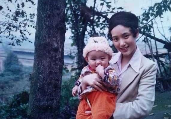 何泓姗晒母女温馨合影:长大后我就成了你的闺蜜
