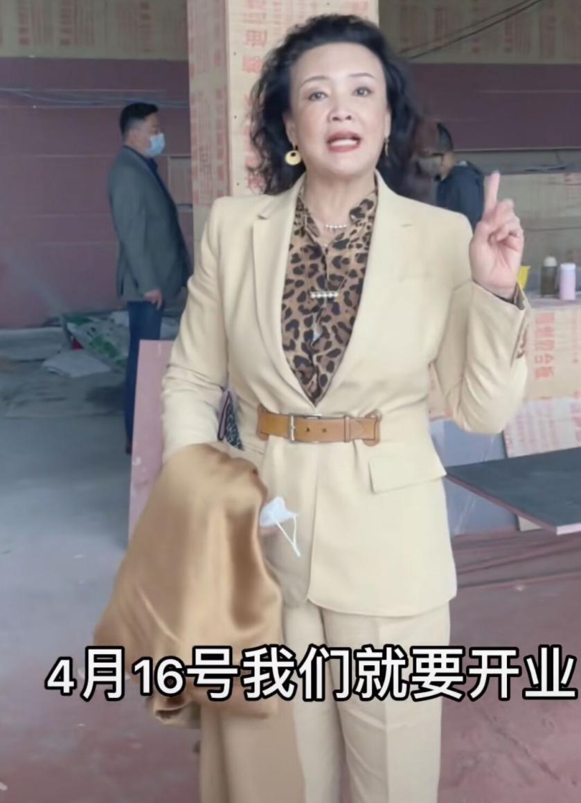 张兰穿的再知性,也不可能是三十岁阿姨,连滤镜都掩不住沧桑!