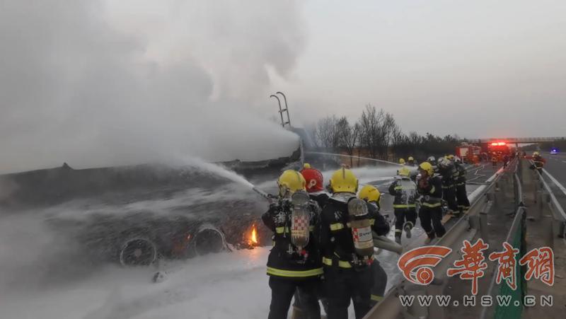 榆林一柴油罐车高速路侧翻爆炸起火 所幸无人员被困