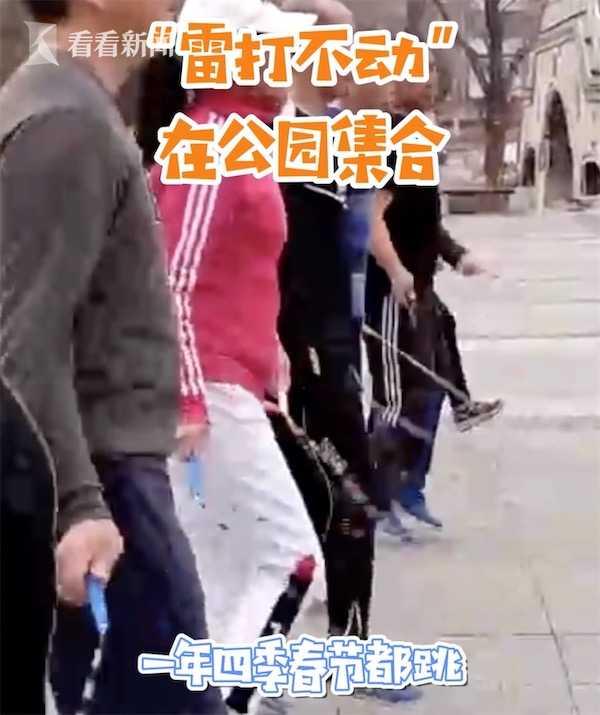视频 58岁的年纪18岁的身材 她凭花式跳绳成网红