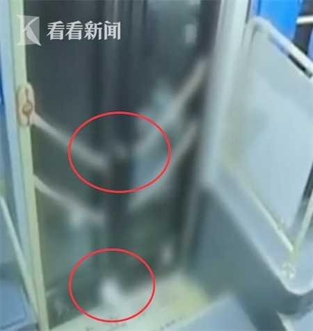 女学生下公交手脚被夹遭拖行24秒 涉事司机停职
