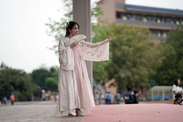 拜孔子礼、礼仪讲堂……这所学校启动首届汉服节
