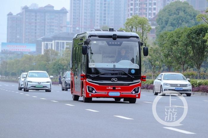 全国首个自动驾驶公交车投运丨易烊千玺揭秘重庆高中生空招