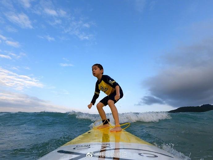 杜江晒与儿子冲浪画面 7岁嗯哼彰显超高运动天赋