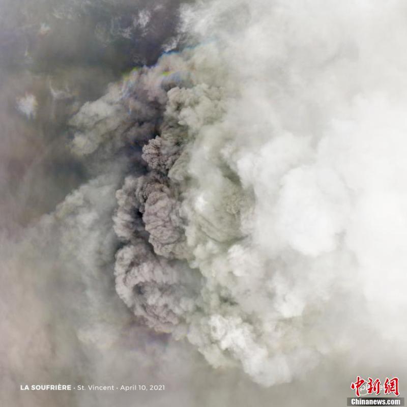 卫星俯瞰苏弗里耶尔火山喷发 烟尘铺天盖地画面壮观