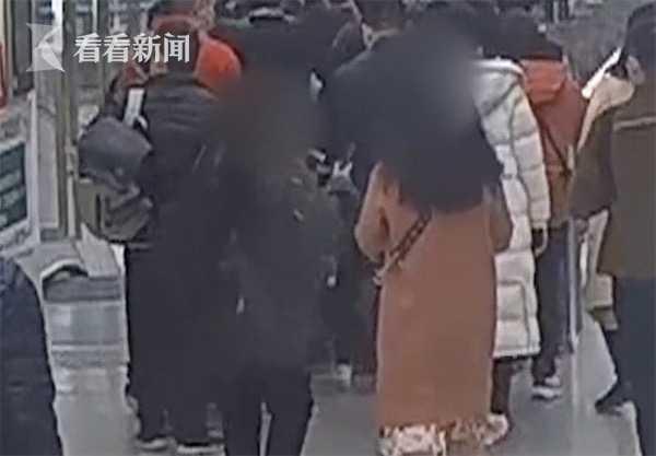 地铁车厢内起争执 两女子站台大打出手