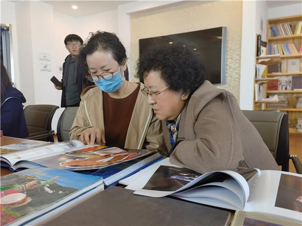 延边美术馆举办摄影画册展阅活动