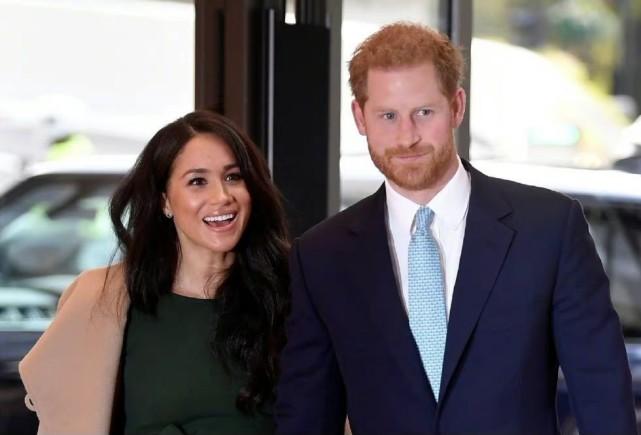 哈里王子退出王室后首次回国,参加爷爷葬礼,面露微笑回国心情好