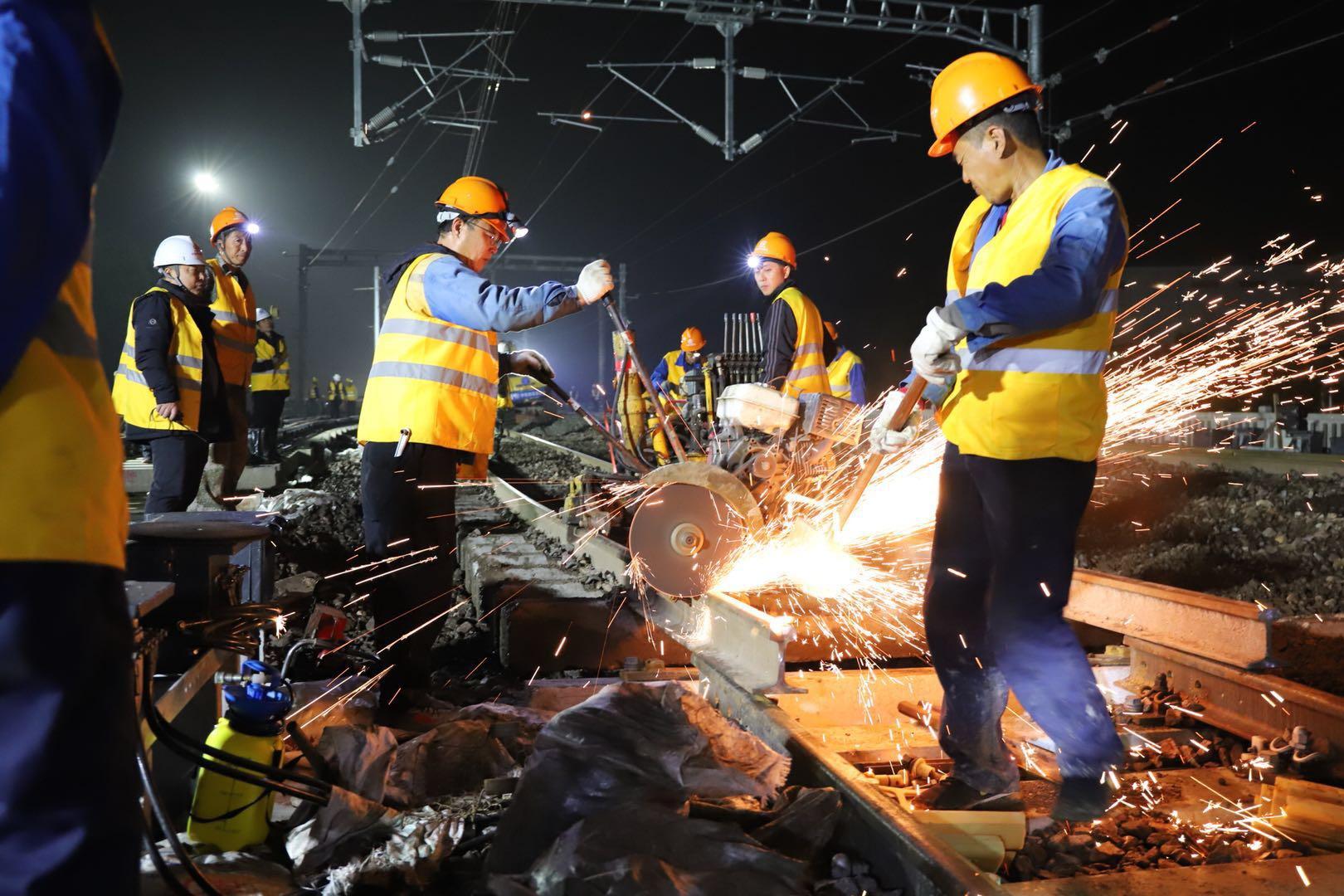 500余名施工人员连续奋战280分钟,沪昆线嘉兴站上行线顺利完成拨接