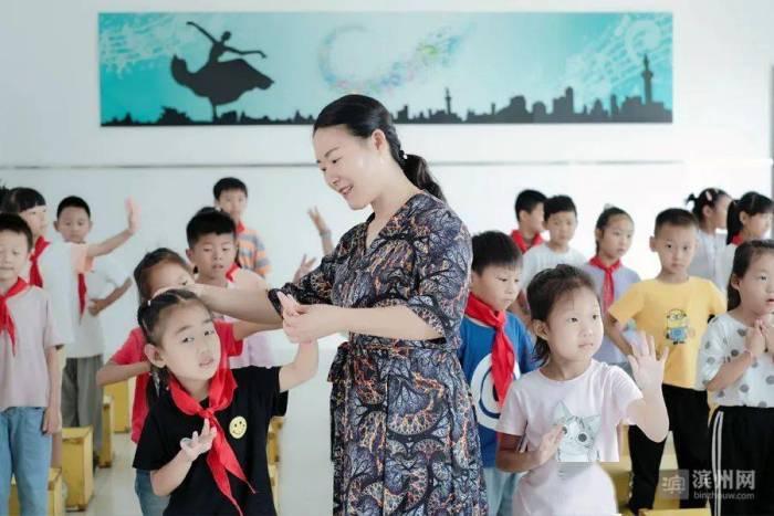 沾化区人大代表张霞:树教师形象 展代表风采