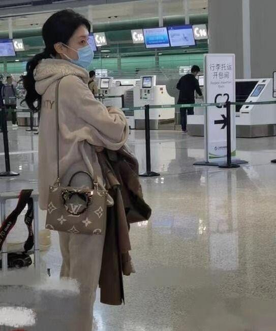 被吹捧起来的周涛,在机场素颜普通,戴着口罩也看得出上了年纪!