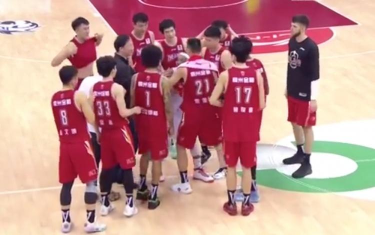 比赛结束后浙江队员将老队友邓蒙团团围住