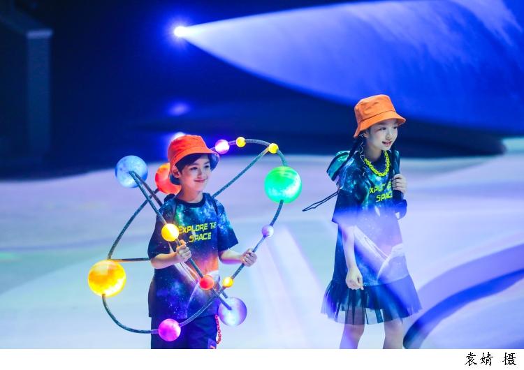 270度巨幅环幕变幻迤逦太空景致,多媒体童装秀开启星球探索之旅