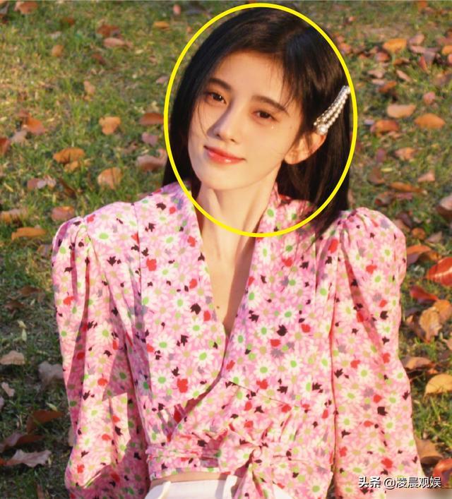 鞠婧祎cos小龙女内涵陈妍希,后期却忘了修图,真实发际线藏不住