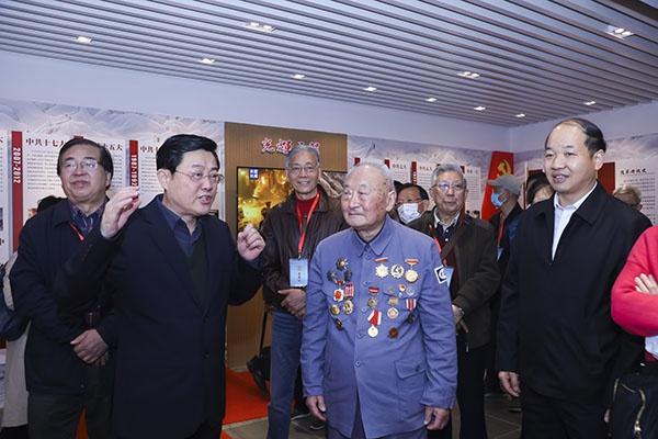 红色教育陈列馆里,新四军老战士、驻沪部队老将军等宣讲党史故事