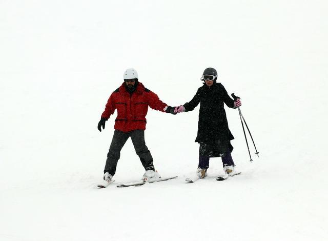 土耳其积雪深110厘米 人们滑雪活力十足