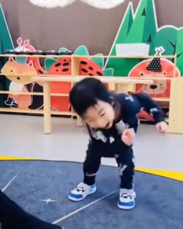 吴京3岁儿子照片罕曝光 手舞足蹈五官清秀像谢楠