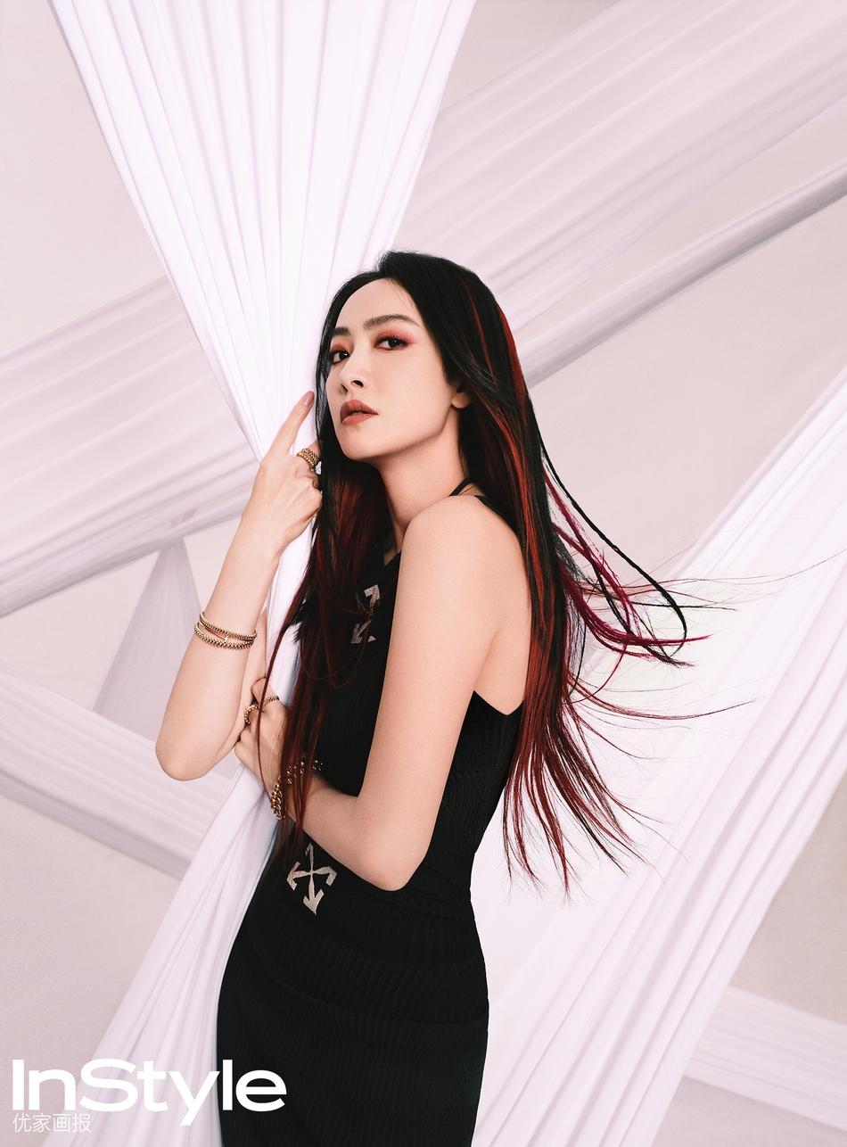 宋茜穿黑色短裙秀纤细身材挑染红发灵动抢眼
