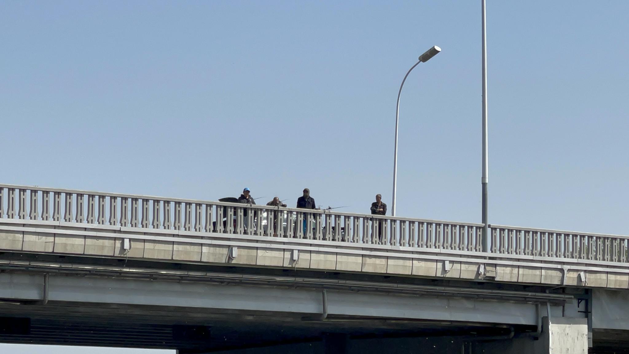 人在船上坐,钓线天上来,大运河桥上悬空钓鱼太危险!