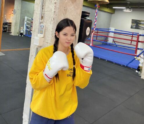 欧阳娜娜晒拳击照 穿黄色卫衣搭双马尾麻花辫活力满满