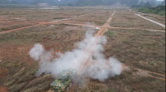 装甲女兵多课目战斗射击考核锤炼过硬战斗本领