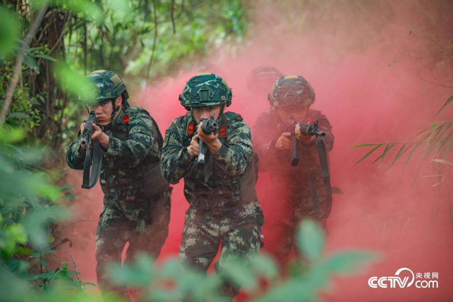 武警多课目实战训练 锤炼反恐尖兵