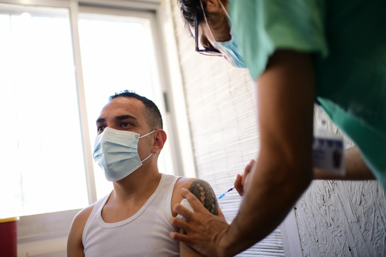 超过一半人口打完两剂疫苗,以色列将于本周日取消室外口罩令
