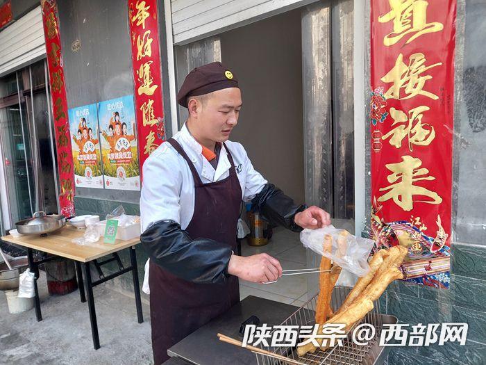 """汉阴县铁佛寺镇:搬迁群众端上""""技术碗""""吃上""""手艺饭"""""""