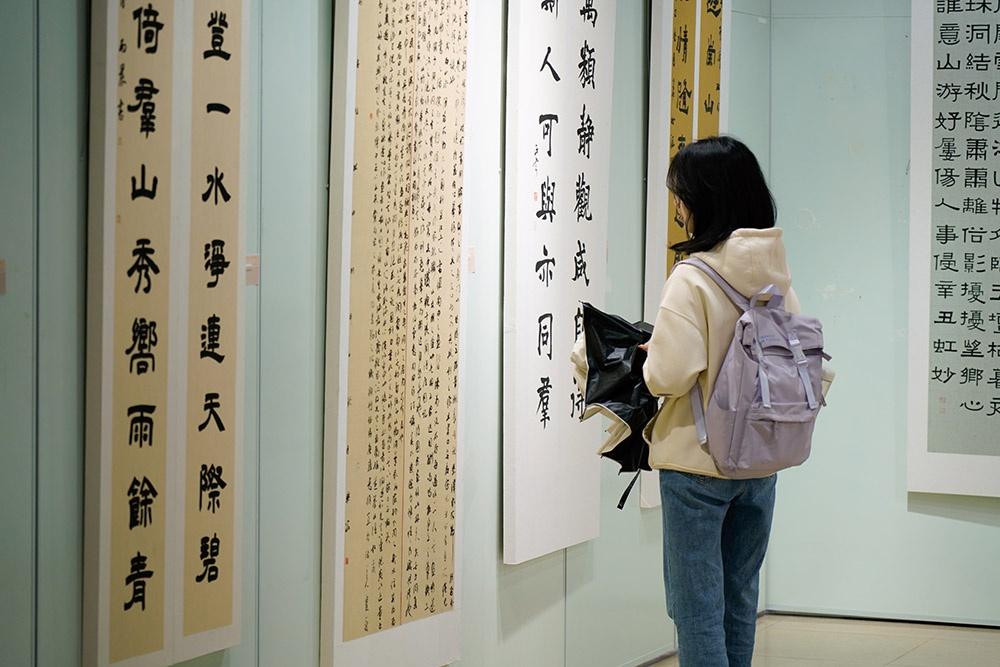 """华东师大设120米展柜,陈列""""姿态各异""""的《兰亭序》"""