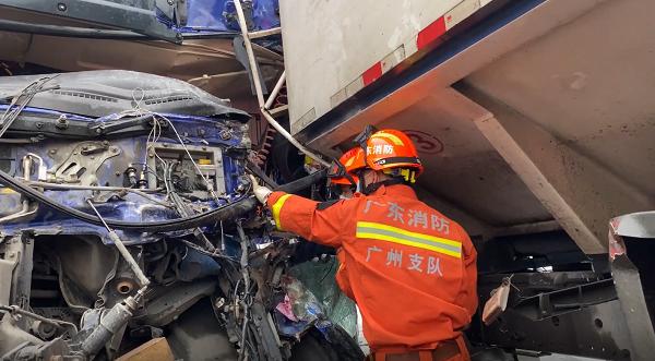 两货车相撞 消防员5分钟救出伤者