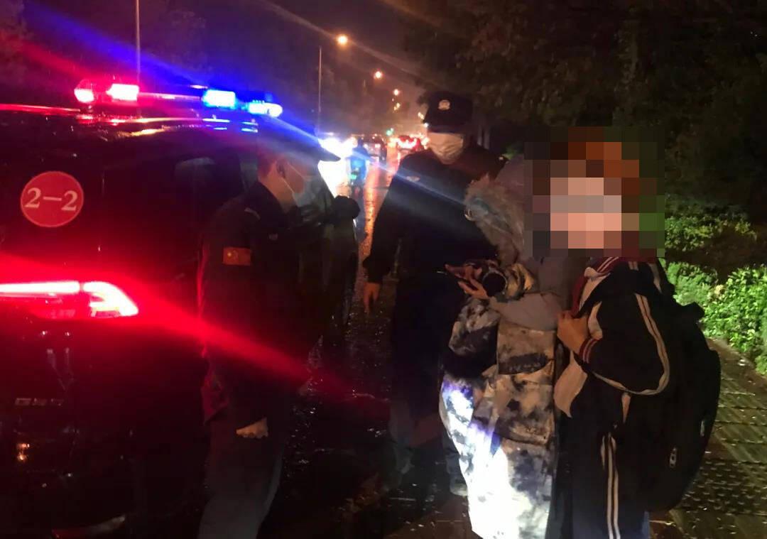 身边的守护和温暖!滨州一男孩雨夜独自走在路边 民警将其安全送回家长身边