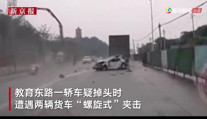 """轿车行驶中突然失控遭两货车""""螺旋式""""夹击,惨烈全程被拍"""