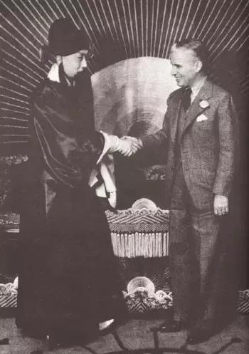 卓别林诞辰132周年:你不知道的卓别林 一百年前曾访华